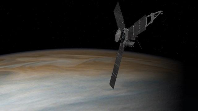 Pesawat Juno dari NASA terbang di atas Jupiter. (Foto: NASA)