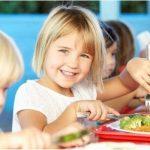 7 Cara Menanamkan Kebiasaan Makan yang Baik untuk Anak